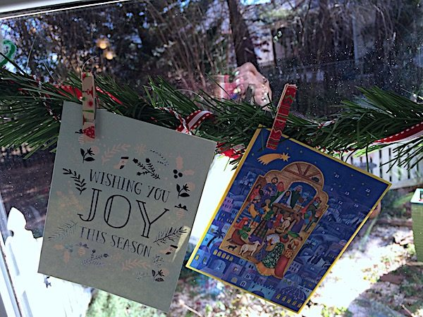 How to make a garland for Christmas cards with artificial evergreen garland and spring clothespins. DIY Christmas cards display to add to your Christmas family activities.
